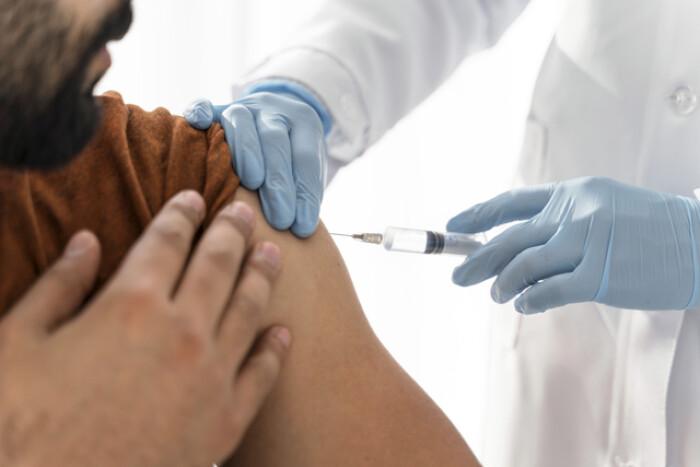 Правительство готово доплачивать медработникам за участие в вакцинации