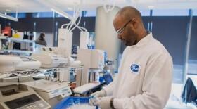 Две вакцины-кандидата против SARS-CoV-2 на основе мРНК, разрабатываемые компаниями Pfizer и BioNTech, получили одобрение FDA на ускоренную процедуру рассмотрения заявки на регистрацию