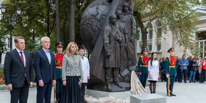 В Москве открыли памятник медработникам, борющимся с COVID-19